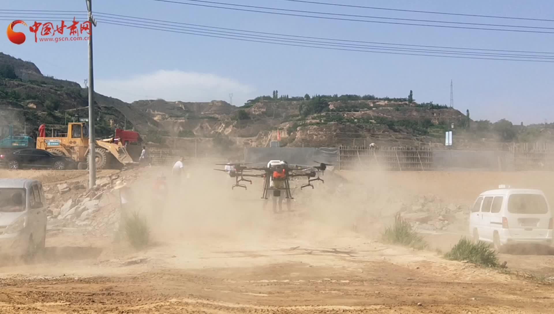 """兰州百年梨园请来植保""""能手"""":一台无人机60分钟撒药100亩"""